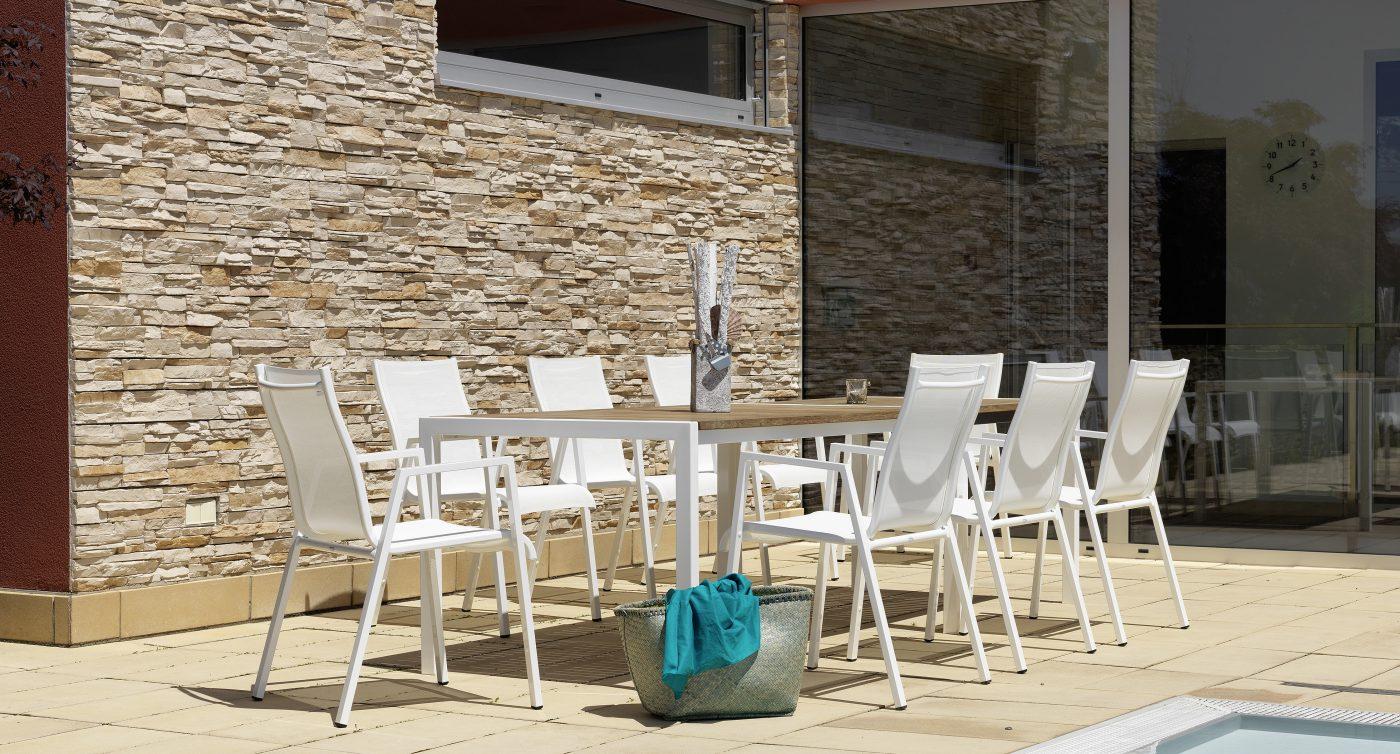 Gartentisch mit Holzplatte mit weißen Stühlen