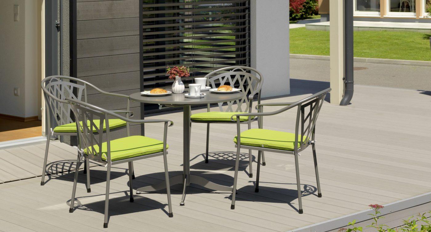 Gartenstühle mit grünen Sitzauflagen