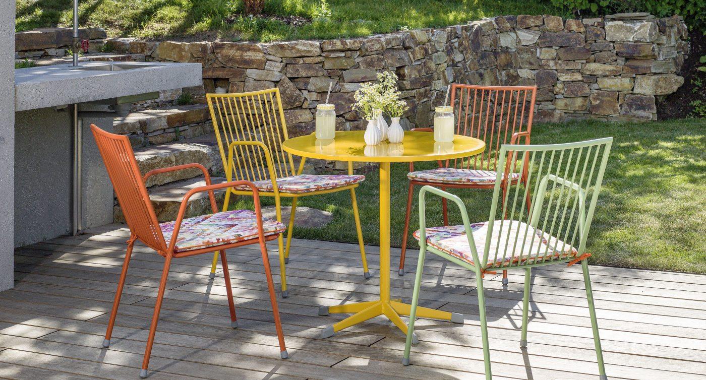 Bunte Gartensessel und Tische der Serie Berlin