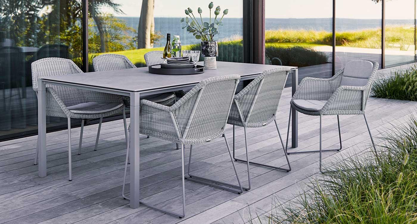 Sitzgruppe der Serie Breeze in der Farbe grau auf einer Terrasse