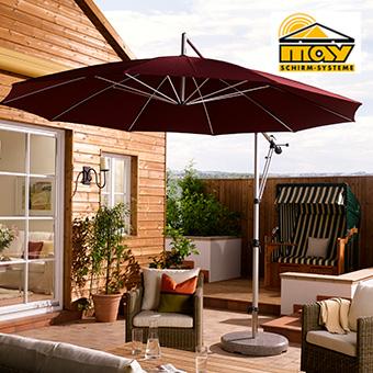 sonnenschirm mezzo in der farbe dunkelrot auf einer terrasse
